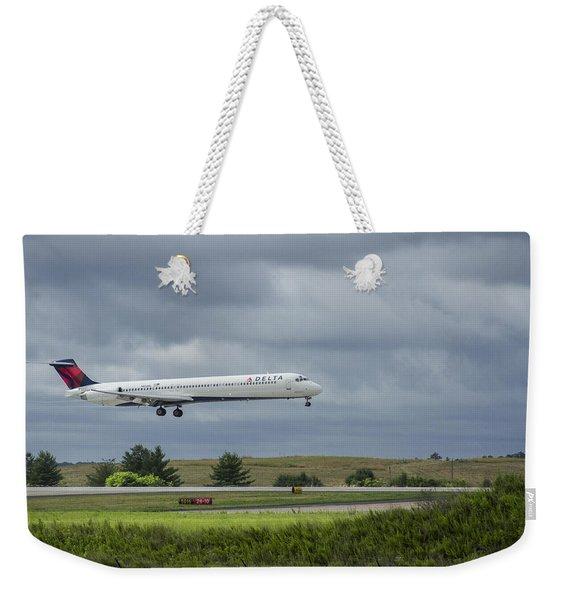Delta Airlines Mcdonnell Douglas Aircraft N952dl Hartsfield-jackson Atlanta International Airport Weekender Tote Bag
