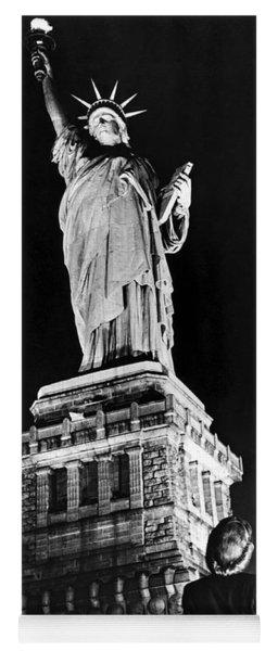 Statue Of Liberty On V E Day Yoga Mat