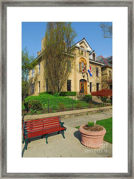 D47l-14 Victorian Village Photo Framed Print