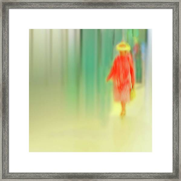Dame In Rot Framed Print