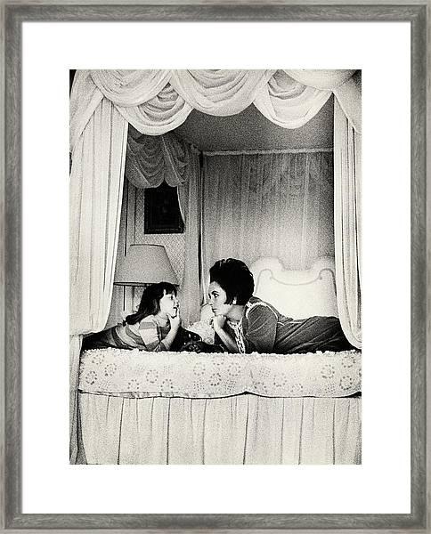 Elizabeth Taylor With Her Daughter Framed Print by Henry Clarke