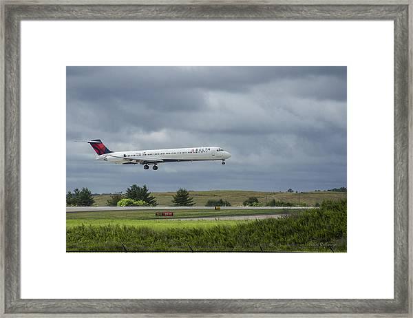 Delta Airlines Mcdonnell Douglas Aircraft N952dl Hartsfield-jackson Atlanta International Airport Framed Print