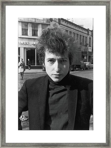 Bob Dylan In Sheridan Square Park Framed Print by Fred W. McDarrah