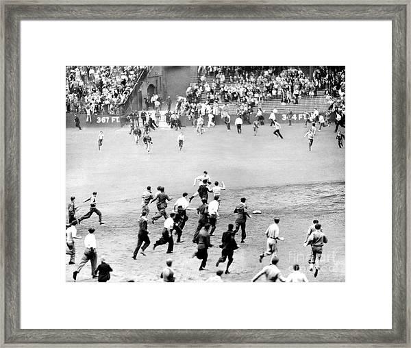 New York Yankees Joe Dimaggio Pays The Framed Print