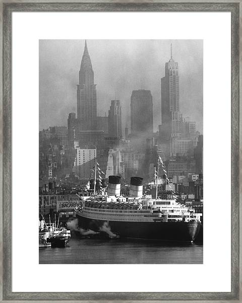 Ocean Liner Queen Elizabeth Sailing In Framed Print
