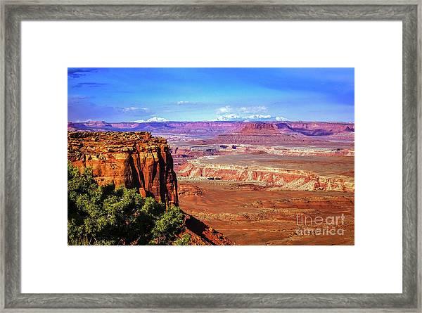 Toward The West In Canyonlands Framed Print by Bob Lentz