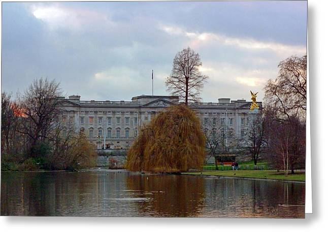 Buckingham Palace Greeting Card by Lynn Bolt