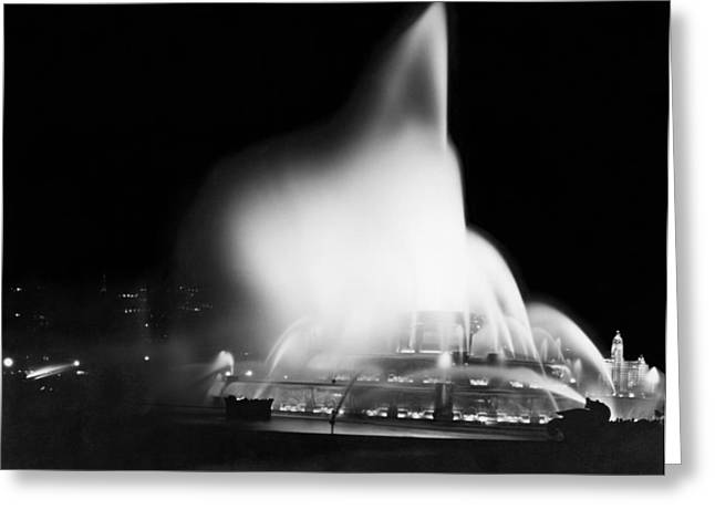 Buckingham Fountain At Night Greeting Card by Underwood Archives