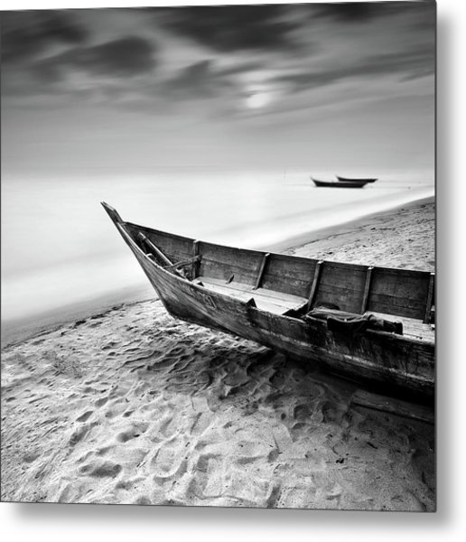 Fisherman Boat At Beach In Black And Metal Print by Photography By Azrudin