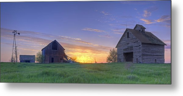 Abandoned Farmhouse And Barn At Sunset Metal Print