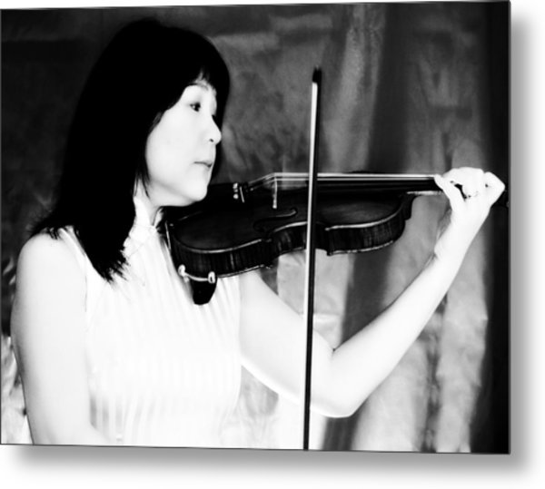 Asian Woman Playing The Violin Metal Print by David Zoppi