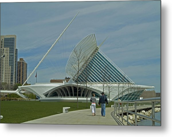 Couple In Front Of Milwaukee Art Museum Metal Print by Devinder Sangha