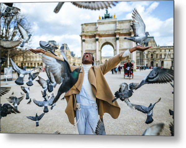 France, Paris, Happy Young Woman With Flying Pidgeons At Arc De Triomphe Metal Print by Westend61