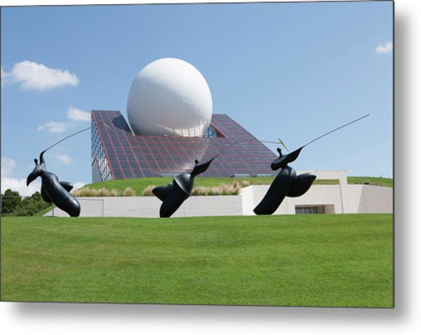 Futuroscope Pavillon And Statues Metal Print by Pascal Goetgheluck/science Photo Library
