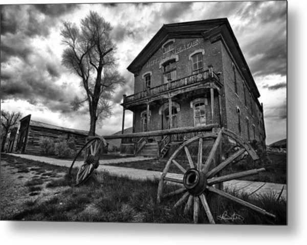 Hotel Meade - Black And White Metal Print