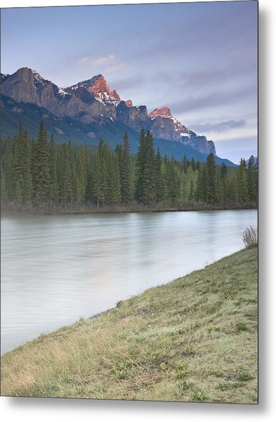 Mount Rundle And The Bow River At Sunrise Metal Print by Richard Berry