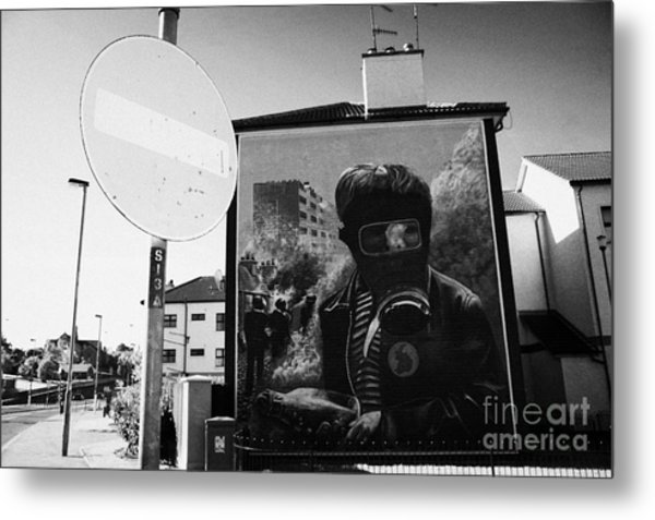 No Entry Roadsign And The Petrol Bomber At The Battle Of The Bogside Part Of The Peoples Gallery Murals In Rossville Street Of The Bogside Area Of Derry Londonderry Metal Print
