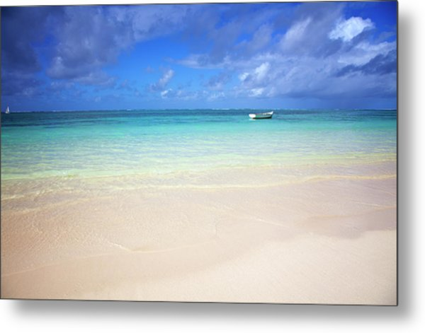 Photo At The Beach With A Bright Blue Metal Print by Robertmandel