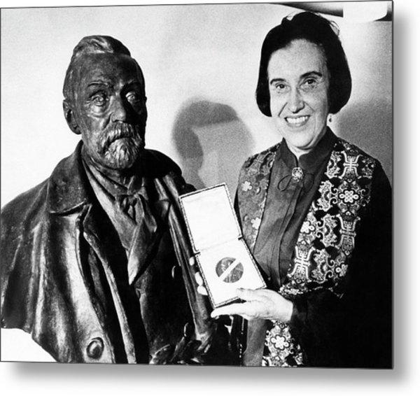 Rosalyn Yalow With Her 1977 Nobel Prize Metal Print