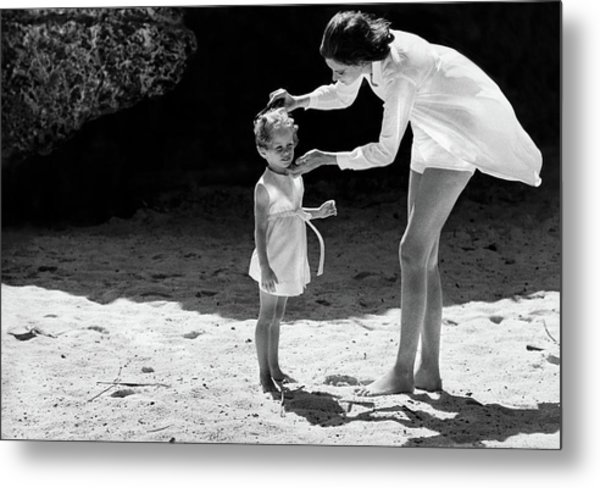 Suzy Parker With Her Daughter At Sam Lord's Metal Print