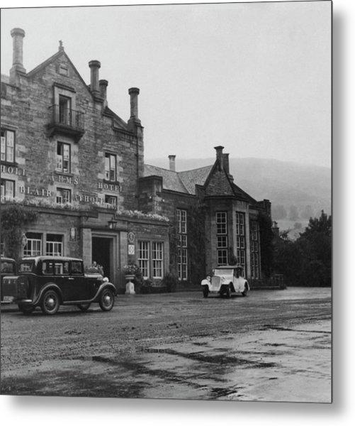 Vintage Cars In Front Of Hotel Metal Print