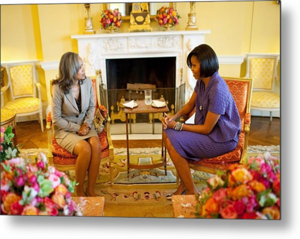 Michelle Obama Talks With Elizabeth Metal Print by Everett