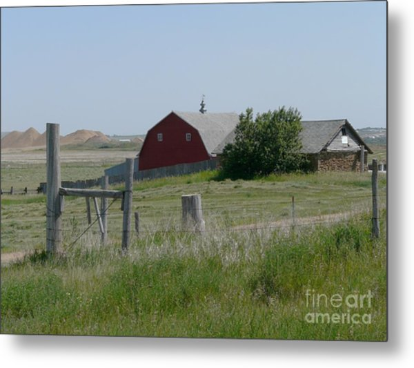Red Hiproof Barn In Nd Metal Print by Bobbylee Farrier