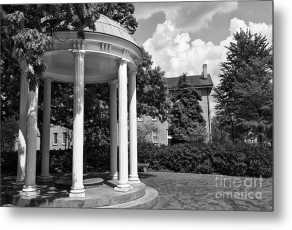 Chapel Hill Old Well In Black And White Metal Print