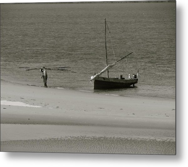 Lamu Island - Wooden Fishing Dhow Getting Unloaded - Black And White Metal Print