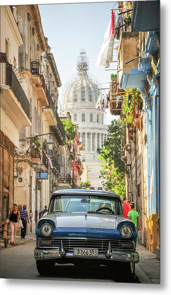 Old Car And El Capitolio Metal Print