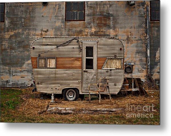 Old Vintage Rv Camper In The Mississippi Delta Metal Print