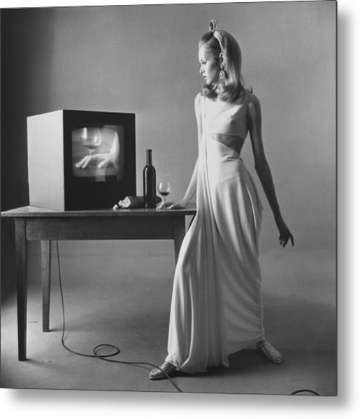 Twiggy With Television Monitor Metal Print by Bert Stern
