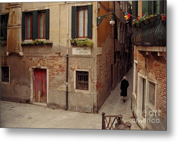 Venice Lady In Black Metal Print by Lawrence Costales