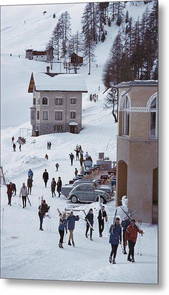 Skiers In St. Moritz Metal Print by Slim Aarons