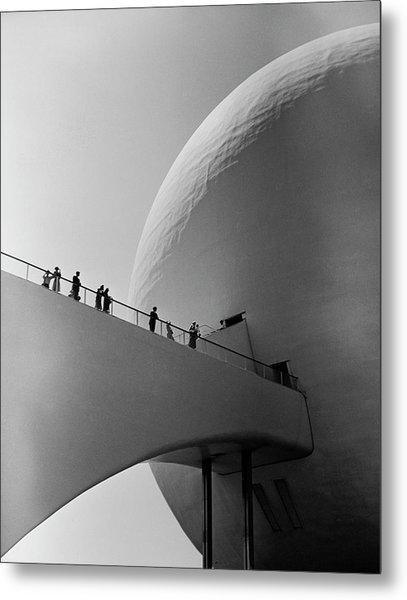 1939 Worlds Fair Visitors Entering The Metal Print by Alfred Eisenstaedt