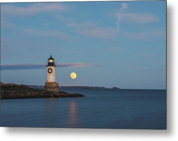 Metal Print featuring the photograph Full Moon Rising At Fort Pickering Light by Juergen Roth