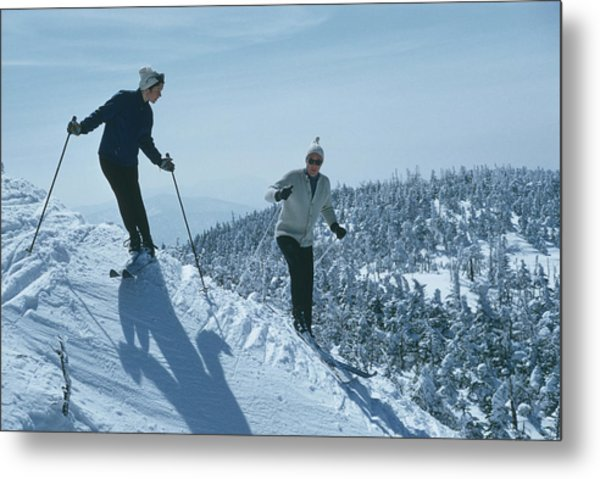 Skiers At Sugarbush Metal Print by Slim Aarons