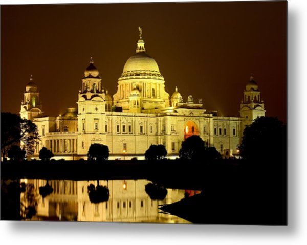 Victoria Memorial By Night With Water Metal Print