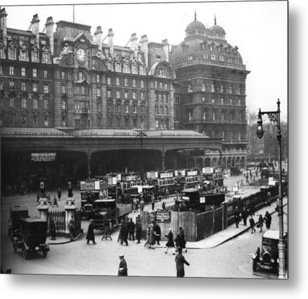 Victoria Station Metal Print by Central Press