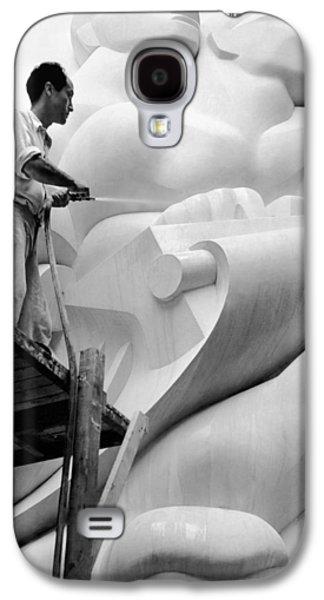 Isamu Noguchi Working Galaxy S4 Case by Underwood Archives
