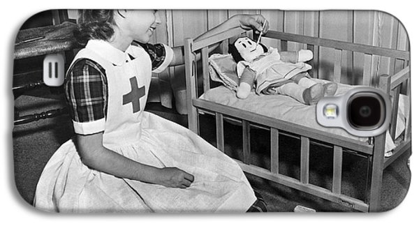 A Young Girl Plays Nurse To Her Little Lulu Doll. Galaxy S4 Case by Underwood Archives
