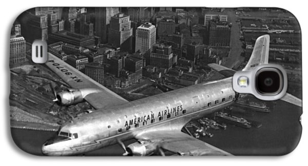 American Dc-6 Flying Over Nyc Galaxy S4 Case by Underwood Archives