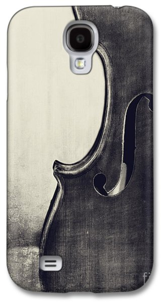 Violin Galaxy S4 Case - An Old Violin In Black And White by Emily Kay