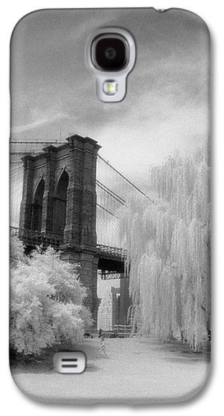 Galaxy S4 Case featuring the photograph Brooklyn Bridge Willows by Dave Beckerman