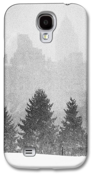 Galaxy S4 Case featuring the photograph Cedar Hill Snow Shapes by Dave Beckerman