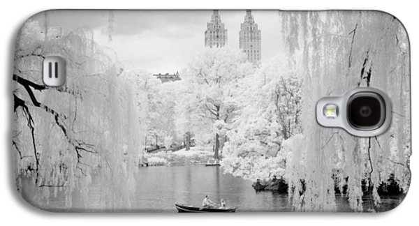 Galaxy S4 Case featuring the photograph Central Park Lake-infrared Willows by Dave Beckerman