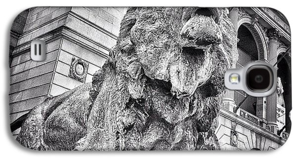 City Galaxy S4 Case - Lion Statue At Art Institute Of Chicago by Paul Velgos