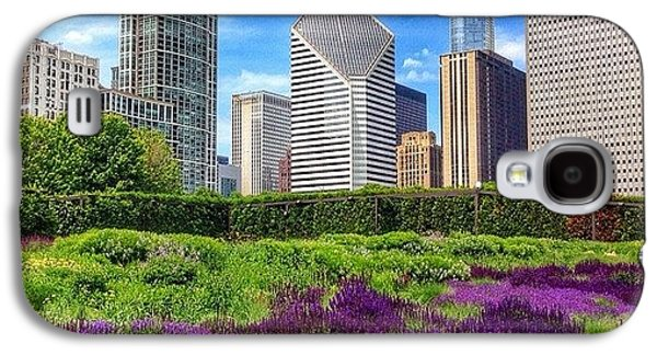 City Galaxy S4 Case - Chicago Skyline At Lurie Garden by Paul Velgos