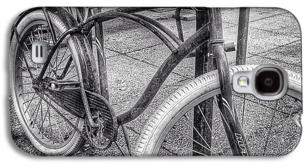 City Galaxy S4 Case - Locked Bike In Downtown Chicago by Paul Velgos