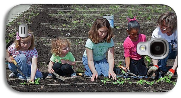 Children At Work In A Community Garden Galaxy S4 Case by Jim West